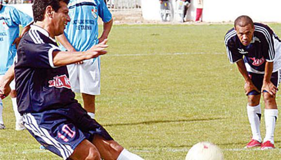 Cueto felicita a Sheput por su gol que hizo recordar el suyo a Quiroga el año 77 en el estadio Nacional