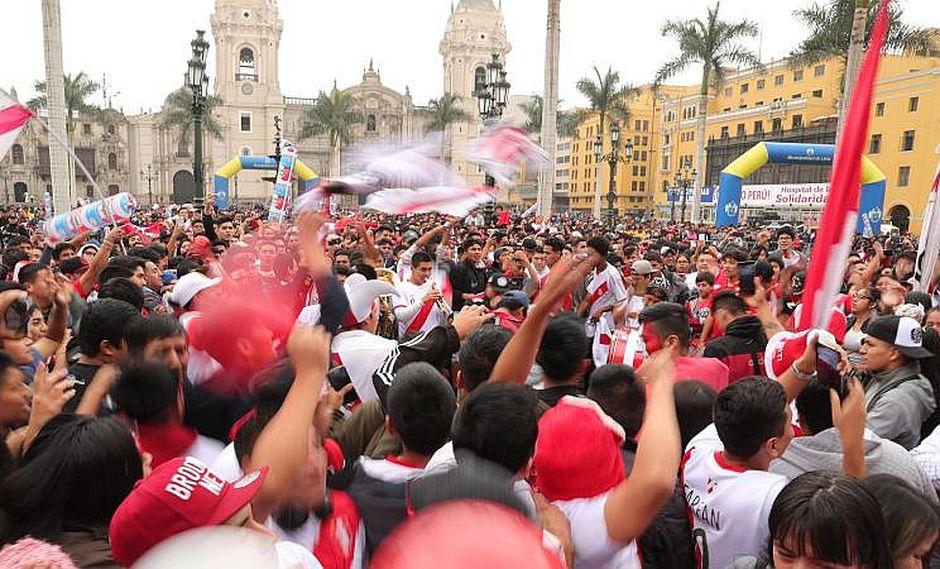 Perú vs. Francia: Hinchas se lanzan sillas en centro comercial [VIDEO]