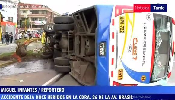 El chofer y el cobrador quedaron graves tras la volcadura del bus en la avenida Brasil. (TV Perú)