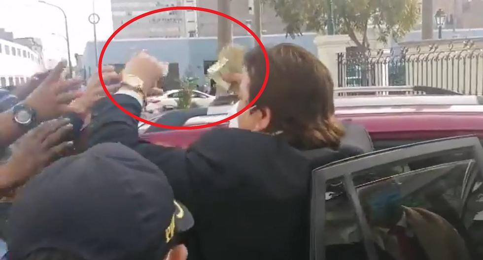 Richard Swing salió del Congreso y regaló billetes a personas que pasaban por el lugar [VIDEO]