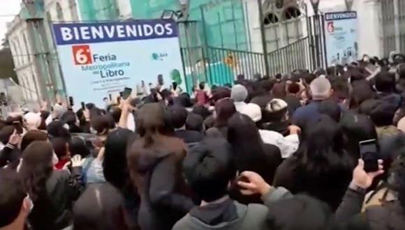 Personas sin cumplir el distanciamiento social para evitar contagios de COVID-19 no se cumple en el ingreso de la Feria Metropolitana Lima Lee. (Captura: Canal N)