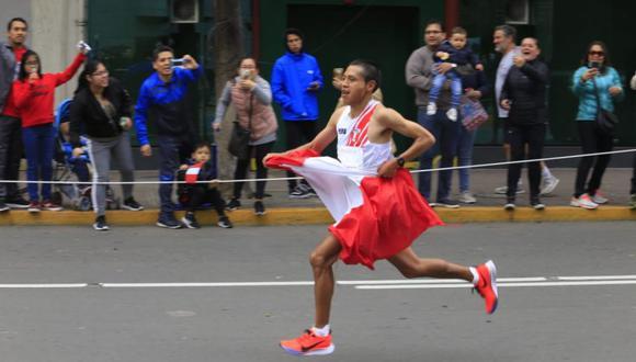 Cristhian Pacheco cruzó la línea de meta con la bandera de Perú a sus espaldas en Lima 2019. (Foto: Gian Ávila / GEC)