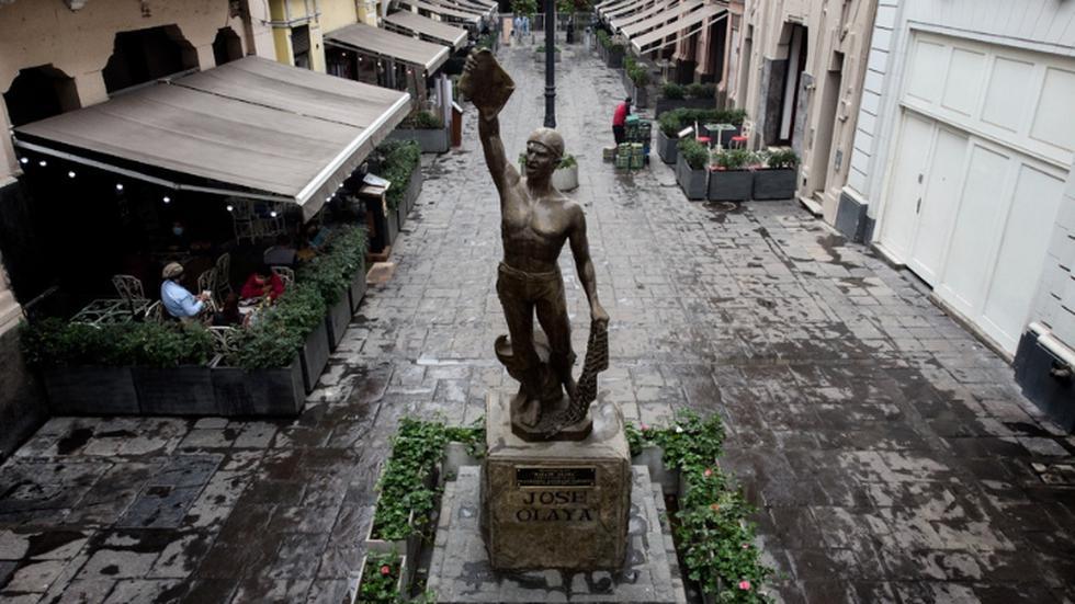 """A días de conmemorarse las Fiestas Patrias, te presentamos una galería para recordar a los héroes, heroínas y otras figuras representativas de la Independencia del Perú, que cumple 200 años el 28 de julio de este año. Iniciamos con José Silverio Olaya Balandra, quien tiene una estatua en Cercado de Lima. Él fue un pescador y mártir en la lucha por la libertad del país. Antes de ser fusilado, pronunció su frase más célebre mientras era torturado: """"Si mil vidas tuviera, gustoso las daría por mi patria""""."""