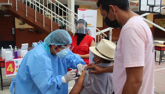 La Contraloría también detectó que en las colas para la vacunación no se respetó el distanciamiento social. (Foto: Contraloría General)