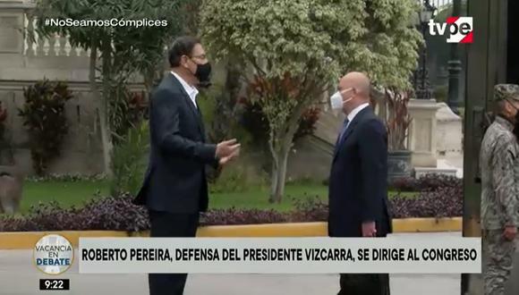 Martín Vizcarra y su abogado, Roberto Pereira, antes que inicie el pleno sobre la moción de vacancia. (TV Perú)