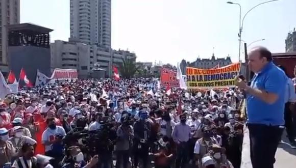 Civiles se reunieron en el Paseo de los Héroes Navales, los manifestantes confirmaron que el candidato de Perú Libre atenta contra la democracia.
