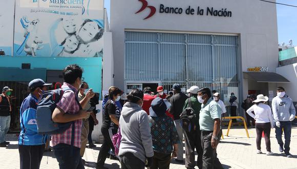 Beneficiarios del bono de 760 soles no encuentran orientación en los bancos| Eduardo Bareda