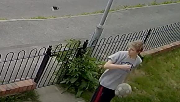 El joven pasó por un desafortunado momento luego que su celular 'volara' de su mano por haber impactado con la pelota de fútbol. (Foto: ViralHog / YouTube)