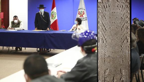 Se trata de una losa de granito de 1,98 m de alto por 74 cm de ancho, que tiene tallada en una de sus caras la representación de la divinidad principal de los Chavín en la época del templo nuevo. (Foto: Mincul)