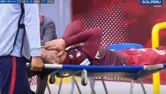 El delantero de Universitario, Jonathan Dos Santos sintió una molestia en la parte posterior de la pierna izquierda. En su reemplazo ingresó Alexander Succar.