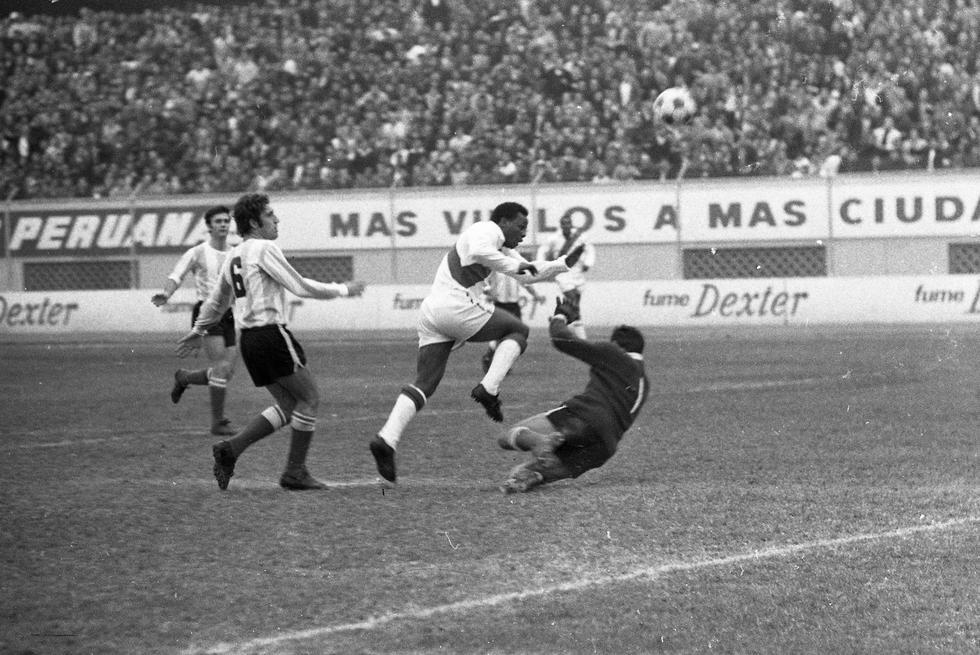 """Pedro Pablo """"Perico"""" León sombreándole el balón al arquero argentino Agustín Cejas. Lima, 3 de agosto de 1969. (GEC Archivo Histórico)"""