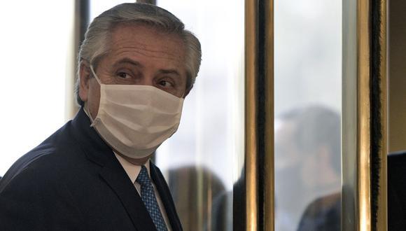 El presidente de Argentina, Alberto Fernández, usa una mascarilla cuando llega a una reunión en Buenos Aires. Imagen del 22 de julio de 2020. (Juan MABROMATA / AFP).