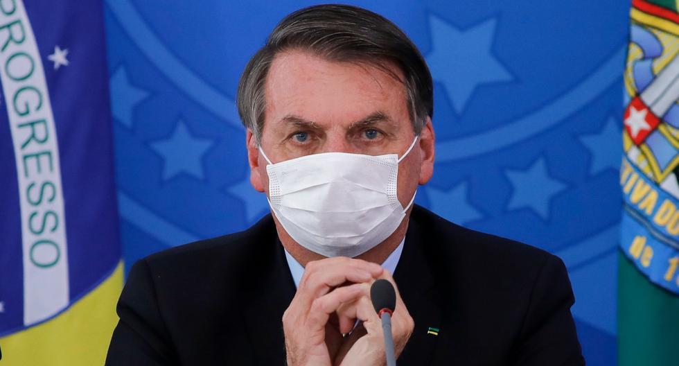 El presidente de Brasil, Jair Bolsonaro, hace gestos en medio de una conferencia de prensa sobre la pandemia de coronavirus en el Palacio de Planalto, Brasilia. Imagen del 18 de marzo de 2020. (AFP / Sergio LIMA).