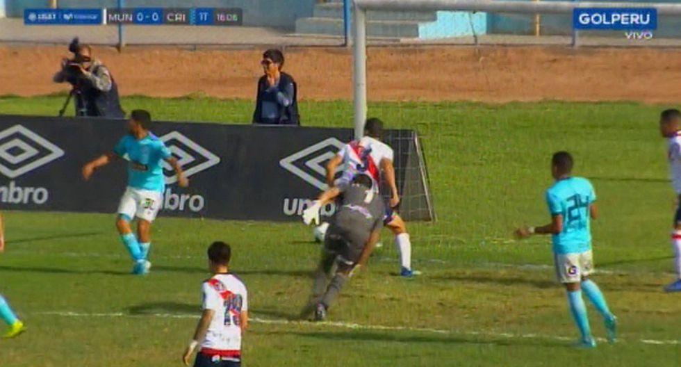 Sporting Cristal vs. Municipal | José Caballero intentó despejar y casi hace autogol tras terrible blooper | VIDEO