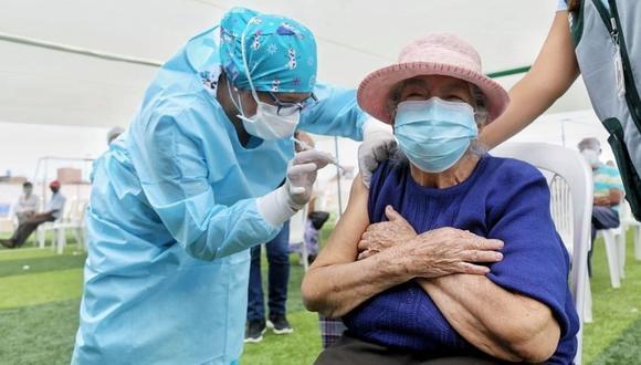 Hasta el momento han llegado 567.000 dosis de la vacuna de Pfizer, la cual se viene aplicando a los adultos mayores y personal de la Policía Nacional y de las Fuerzas Armadas (Foto: Andina)