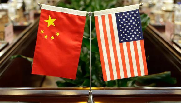 Imagen referencial. Las banderas de Estados Unidos y China son vistas antes de una reunión en el Ministerio de Agricultura en Beijing. Archivo del 30 de junio de 2017. (AFP / POOL / JASON LEE).