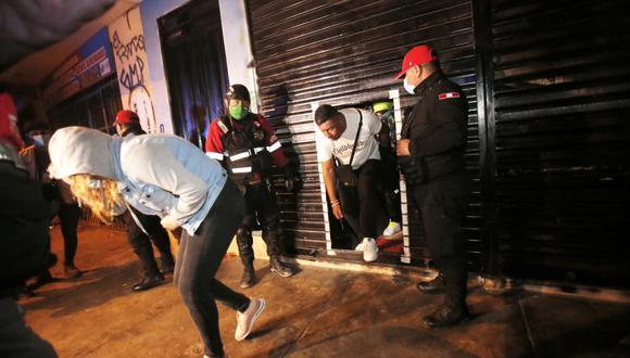 Participantes en una fiesta COVID-19 intentaron escapar ante la presencia policial en San Martín de Porres. (Foto: César Grados /@photo.gec)