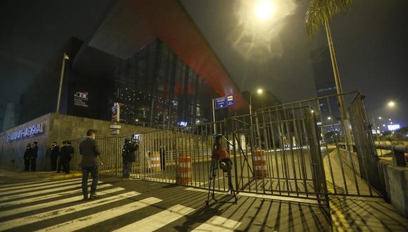 Periodistas aún no han podido ingresar al Gran Teatro Nacional para cubrir juramentación de nuevos ministros. Foto: Jorge Cerdan/@photo.ge