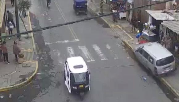 Mujer conducía su vehículo en sentido contrario y se subió la vereda. (Captura de video)