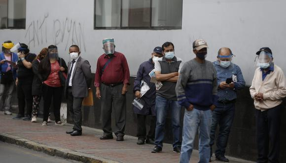 Los adultos mayores trataron de cobrar sus pensiones y bono ONP este lunes en diferentes agencias del Banco de la Nación. (Fotos: Andrés Paredes / @photo.gec)
