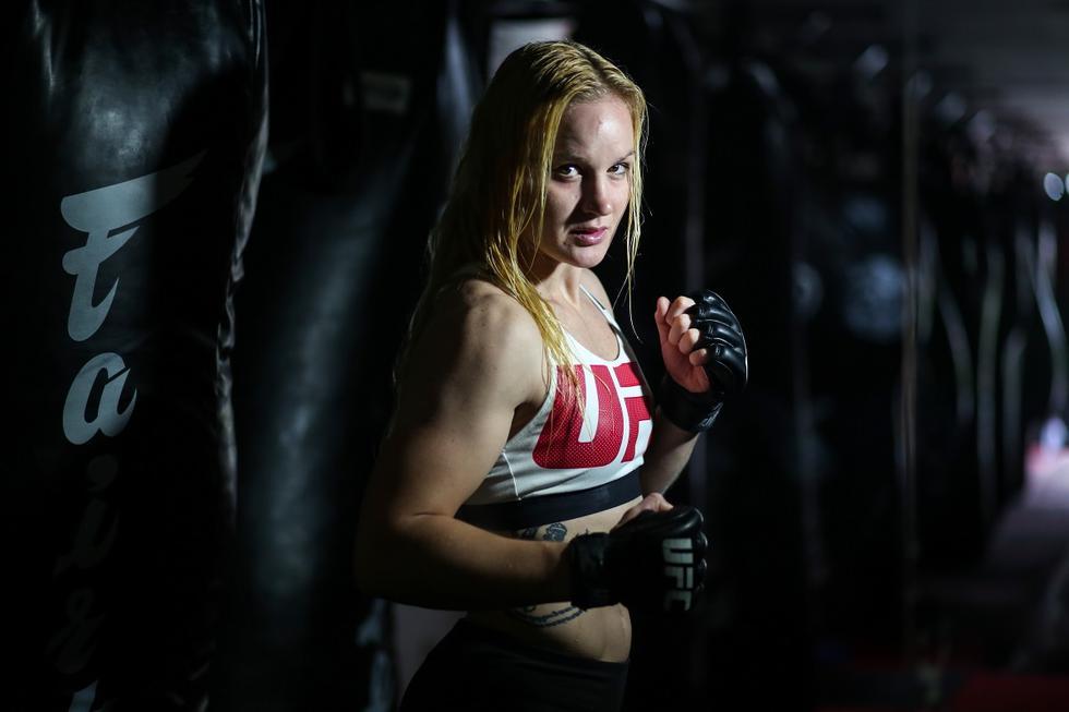Valentina Shevchenko nació en Kirgusitán el 7 de marzo de 1988, llegando al Perú en el año 2009 en compañía de su hermana Antonina y su entrenador Pavel Fedotov. Se nacionalizó peruana y representó al Perú en varios torneos, actualmente es campeona de peso mosca de la UFC con un récord de 21 victorias y 3 derrotas. Lima, 23 de noviembre del 2015. (Foto GEC Archivo)