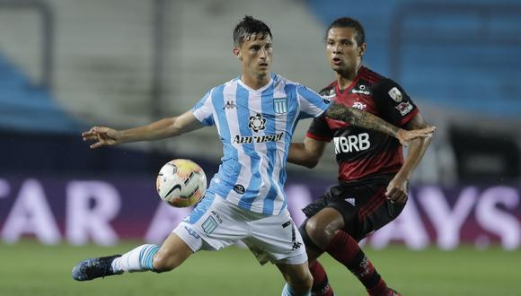 Argentina's Racing Club Hector Fertoli (L) and Brazil's Flamengo Willian Arao vie for the ball during their closed-door Copa Libertadores round before the quarterfinals football match at the Presidente Peron stadium in Avellaneda, Buenos Aires Province, Argentina, on November 24, 2020. (Photo by Juan Ignacio RONCORONI / POOL / AFP)