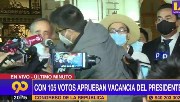 El vocero de Acción Popular declaraba a la prensa cuando de pronto un manifestante le propinó un puñete en el rostro. La PNP actuó rápidamente y el agresor fue detenido. FOTO: Captura