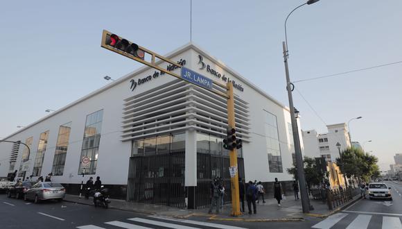 Mujer que había resultado herida por caída de mampara en agencia del Banco de la Nación, falleció el último martes. (Foto: Leandro Britto / @photo.gec)