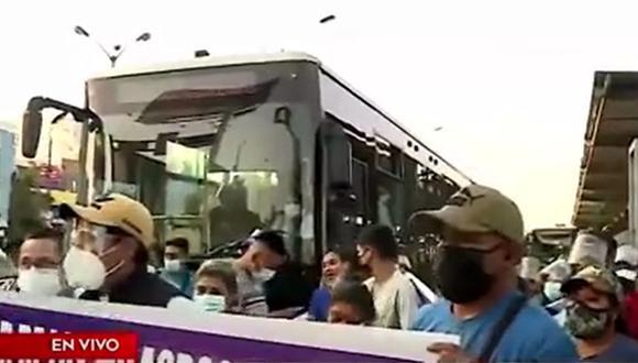 Grupo de personas de diferentes asentamientos humanos de distritos de Lima Norte protestan para exigir proyecto de agua potable. (Captura: América Noticias)