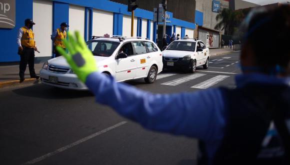 Taxistas ahora podrán llevar hasta tres pasajeros en sus unidades. (Foto: GEC)