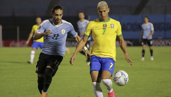 Uruguay y Brasil protagonizan un clásico sudamericano con historia. (Foto: AFP)