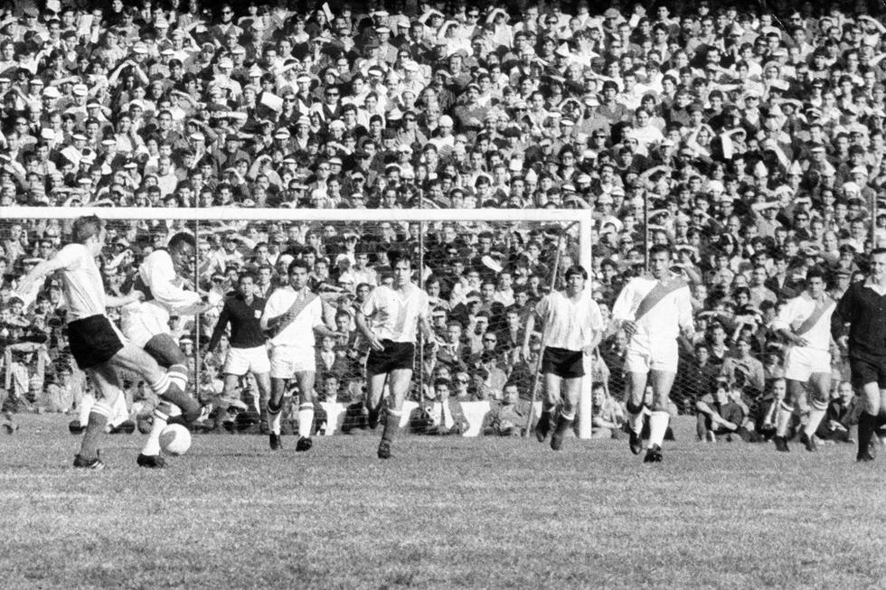 """Pedro Pablo """"Perico"""" León, Orlando La Torre, Luis Cruzado y Héctor Chumpitaz defendiendo ante un ataque de la selección argentina. (GEC Archivo Histórico)"""