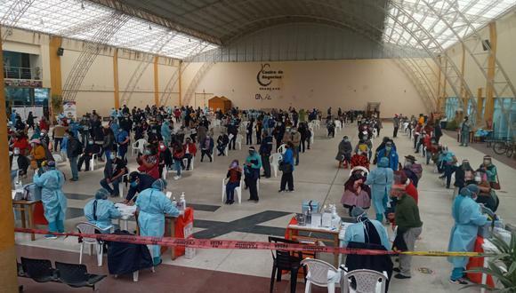 En Huancayo la vacunación de personas mayores de 60 años se ha iniciado con aglomeración de personas. (Foto GEC)