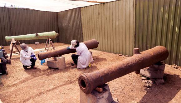 Los cañones son restaurados por especialistas de Prolima. (Foto: Municipalidad de Lima)