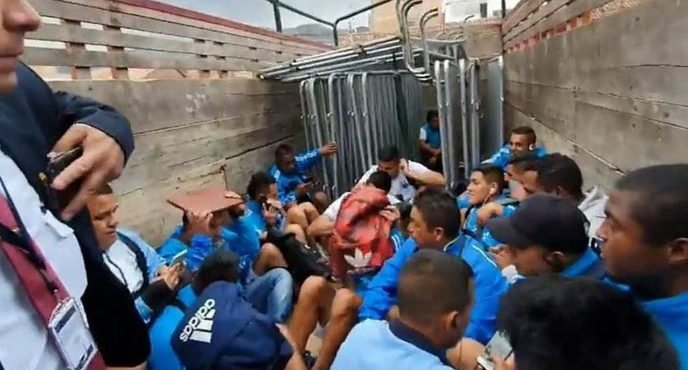 Según un video publicado en Facebook, los jugadores del Deportivo Llacuabamba tuvieron que ser sacados en un camión de la PNP por un tema de seguridad