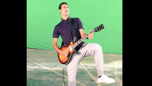 Novak Djokovic se relaja tocando la guitarra  [VIDEO]