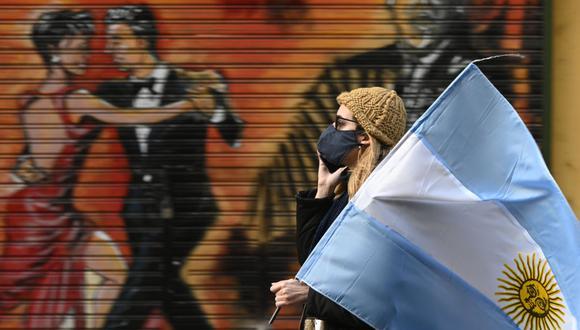 CORONAVIRUS EN ARGENTINA | Una mujer lleva la bandera argentina durante una protesta en Buenos Aires en medio de la cuarentena por COVID-19 decretada por el gobierno.  (Foto: AFP)