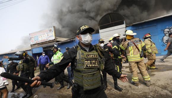 Incendio se registró esta mañana en el mercado 'La cachina fashion' ubicado en la Av. Canto Grande. (Foto: Diana Marcelo/photo.gec)