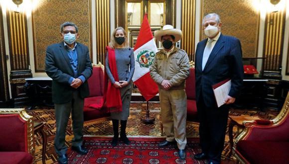 En la reunión también participaron los ministros de Salud, Hernando Cevallos; y de Relaciones Exteriores, Óscar Maúrtua. (Foto: Pedro Castillo/Twitter)