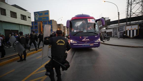 Los hinchas de Alianza Lima tuvieron que ser frenados por la policía en una de las puertas de acceso al estadio de Matute