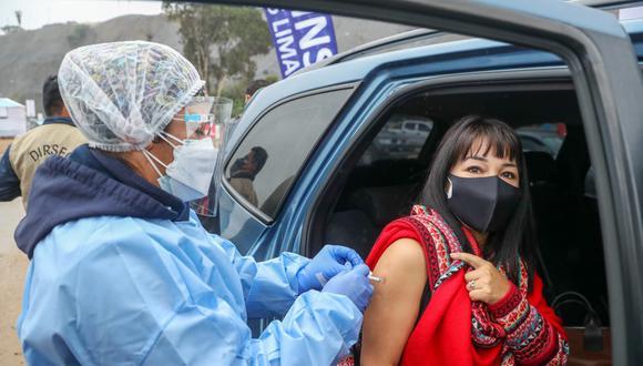 La presidenta del Congreso de la República, Mirtha Vásquez, recibió la primera dosis en el vacunacar de la playa Agua Dulce, en Chorrillos. (Foto: Congreso de la República)