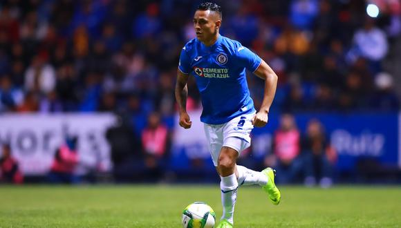 PUEBLA, MEXICO - JANUARY 04: Yoshimar Yotun of Cruz Azul drives the ball during the 1st round match between Puebla and Cruz Azul as part of the Torneo Clausura 2019 Liga MX at Cuauhtemoc Stadium on January 4, 2019 in Puebla, Mexico. (Photo by Hector Vivas/Getty Images)