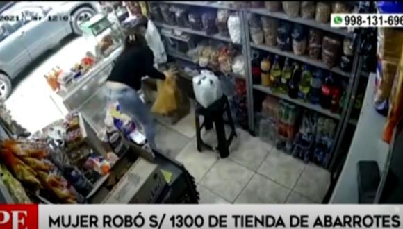 Cámaras de seguridad captaron el momento en que una mujer roba dinero en una tienda de abarrotes. Foto: captura América Noticias