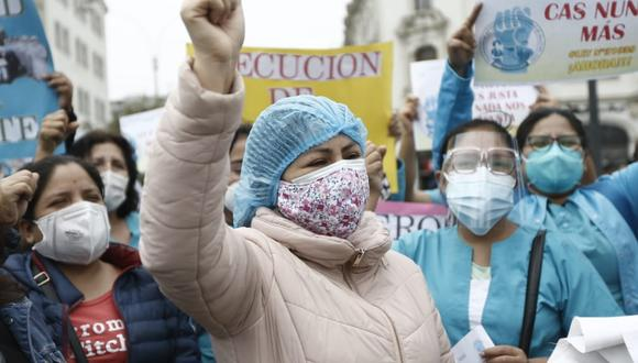 La gente espera la visita de los médicos, en Chosica, al este de Lima, el 4 de septiembre, en medio de la pandemia del nuevo coronavirus COVID-19 (Foto: AFP)