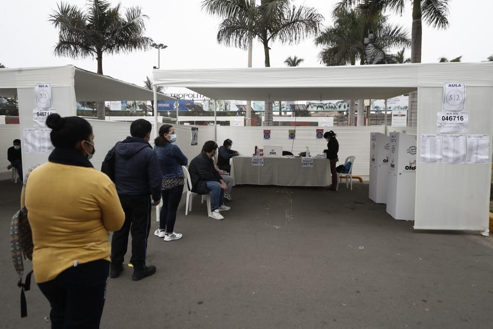 Este domingo 6 de junio, se celebra la segunda vuelta de las Elecciones generales de Perú de 2021. En Lima, las personas ya comenzaron a acudir a sus centros de votación para elegir al próximo presidente del Perú. En algunos locales se han evidenciado demoras en la instalación de mesas de sufragio, mientras que en otras la jornada inició con normalidad. (Foto: Joel Alonzo/ @photo.gec)