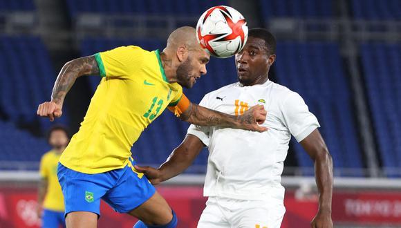 Dani Alves anotó el primero para Brasil en la definición por penales. (Foto: AFP)