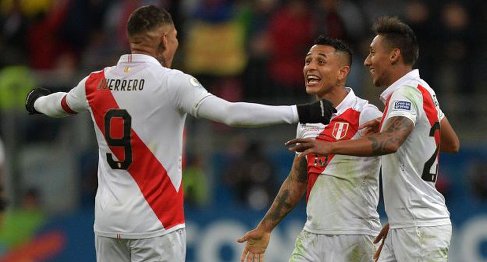 (L-R) Peru's Paolo Guerrero, Yoshimar Yotun and Christofer Gonzales celebrate after defeating Chile 3-0 in their Copa America football tournament semi-final match at the Gremio Arena in Porto Alegre, Brazil, on July 3, 2019. (Photo by Carl DE SOUZA / AFP)