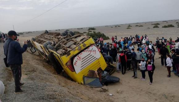 Dos muertos y varios heridos dejó el despiste y volcadura de un bus esta madrugada. Foto: Andina