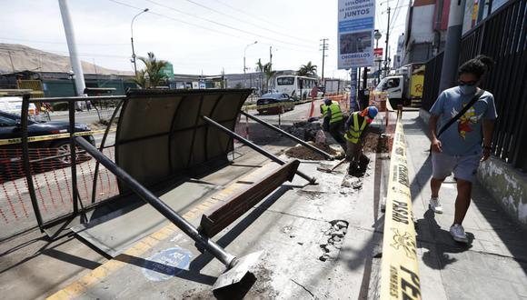 Según la ATU se reportó caída de dos paraderos en las cuadras 12 y 14 de la avenida Defensores del Morro (antes Av. Huaylas), en Chorrillos. (Foto: Andrés Paredes / @photo.gec)