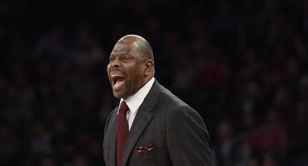 """Patrick Ewing, leyenda de los New York Knicks, dio positivo por coronavirus. (Foto: AFP)In an interview with the syndicated """"Dan Patrick Show"""" radio and television program, Ewing said the gold he won as part of the 1992 """"Dream Team"""" was among the items stolen. (Photo by Sarah Stier / GETTY IMAGES NORTH AMERICA / AFP)"""